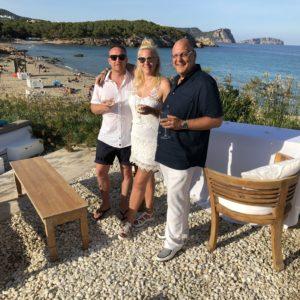 reie Trauung auf Ibiza - Bild mit Brautpaar, Trauredner Carsten Riedel, Hannah & Floh
