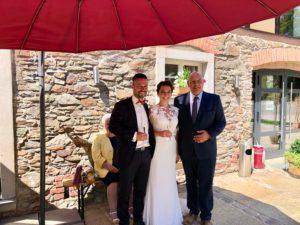 freie Trauung in der Scheune - Brautpaar und Redner Carsten Riedel