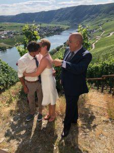 Trauredner Carsten Riedel bei einer Trauung im Weinberg an der Mosel