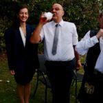 Share the Whiskey - Brautpaar teilt Whiskey mit den Gästen und dem Hochzeitsredner