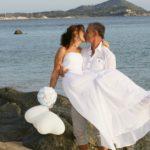 Strandhochzeit auf Sardinien, Brautpaar küssend am Strand, Hochzeitsredner Carsten Riedel