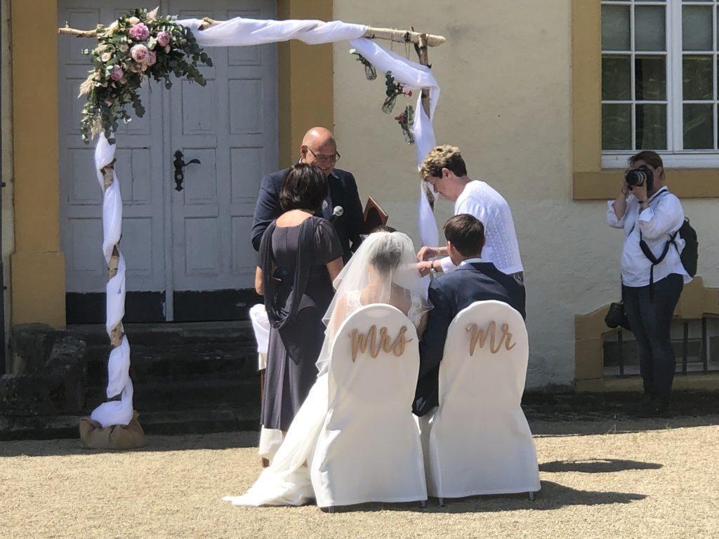 Freie Trauung in Englisch auf Schloss Niederweis