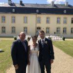 freie Trauung in Englisch auf Schloss Niederweis - Carsten Riedel mit Brautpaar