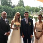 Trauung in deutsch und französisch - Trauredner Carsten Riedel und Theresa Thäßler mit Brautpaar