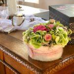 Blumenschmuck und Deko auf Trautisch