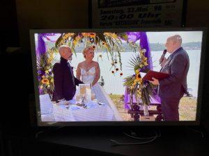 Trauredner Carsten Riedel im Bild bei Vier Hochzeiten und eine Traumreise, Foto vom TV bei der Ausstrahlung
