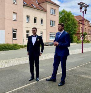 Bräutigam mit Trauzeuge vor dem Forsthaus Reinsdorf