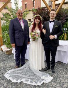freie Trauung im Forsthaus Reinsdorf, Brautpaar Ali und Melissa mit Hochzeitsredner Carsten Riedel