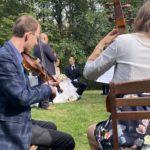 Trauredner Carsten Riedel mit Brautpaar in Leipzig, Musiker im Vordergrund