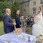Trauredner Carsten Riedel mit Brautpaar in Leipzig