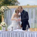 Brautpaar zündet Hochzeitskerze an, freie Trauung im Herbst, Redner Carsten Riedel