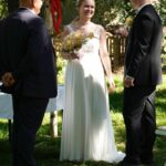 Carsten Riedel im Gespräch mit Brautpaar nach der Trauung