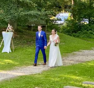 Freie Trauung in Freising, Weltwald, Einzug des Brautpaares