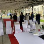Hochzeitsgäste vor der Zeremonie